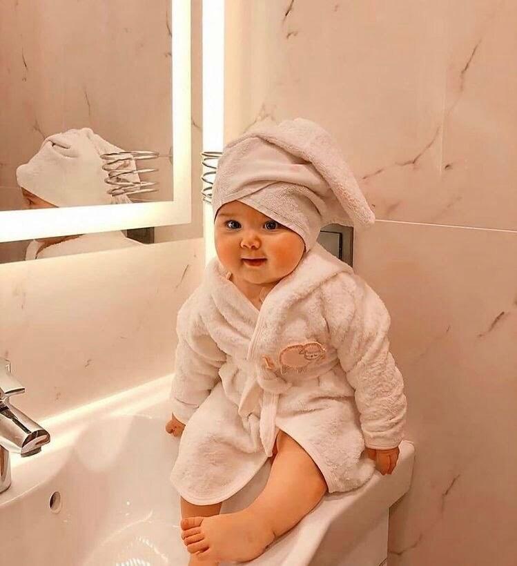 Trị gàu cho trẻ sơ sinh có phần khác biệt. Khi gội đầu cho bé, hãy nhẹ nhàng dùng đầu ngón tay xoa bóp da đầu và tạo nhiều bọt.