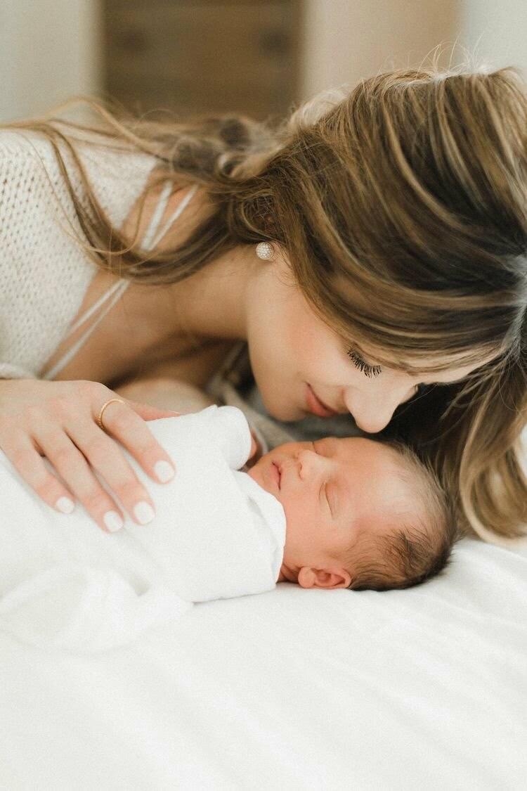 Chải tóc cho bé bằng lược mềm dành riêng cho trẻ khi da đầu con khô để loại bỏ vảy gàu lớn và có thể nhìn thấy trước khi gội đầu.