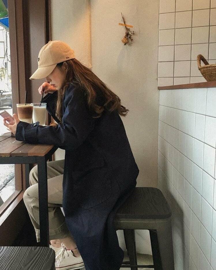 Hãy thường xuyên lựa chọn các loại áo khoác dày có mũ vừa đảm bảo giữ ấm cho cơ thể, che chắn được cho cả mái tóc. Hoặc nhớ đem mũ len mũ vải cũng được đấy!