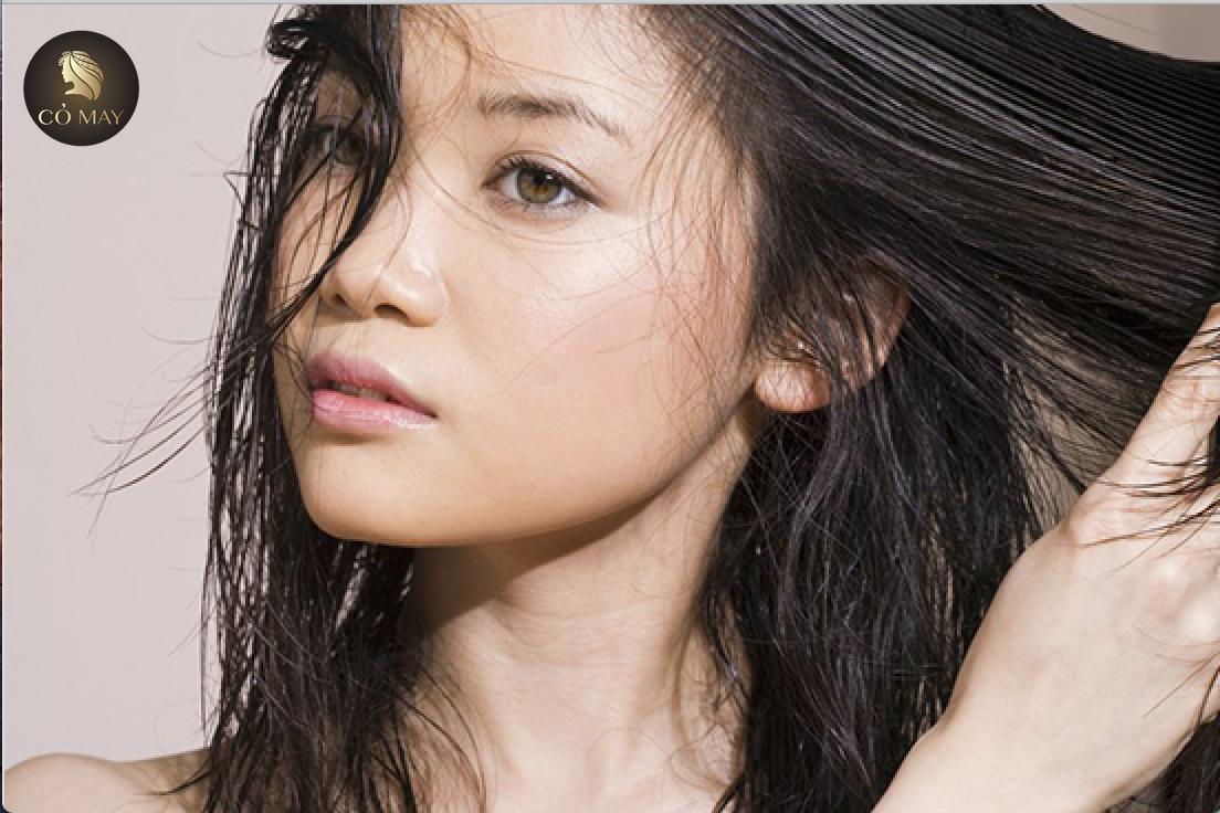 Di truyền là một trong những nguyên nhân khiến tóc bạn bị dầu do gen của ba mẹ