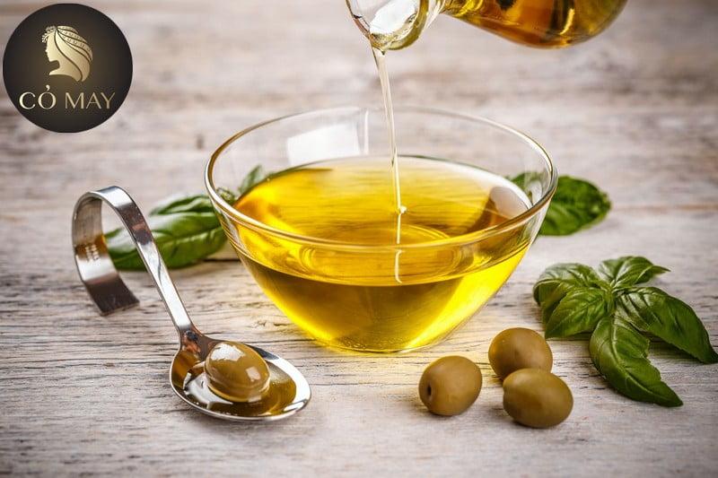 Chỉ cần thoa một lớp dầu oliu mỏng lên da đầu, và massage nhẹ nhàng và ủ khoảng 30 phút.